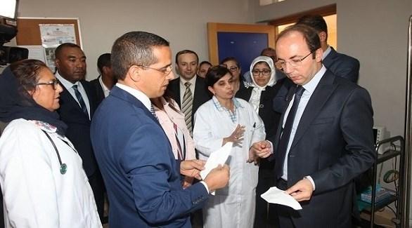 وزير الصحة المغربي الأول يميناً مع لجنة طبية مكلفة بمتابعة وباء انفلونزا الخنازير (ميديا 24)