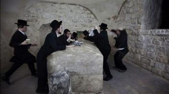 مستوطنون داخل مقام يوسف في الخليل (أرشيف)