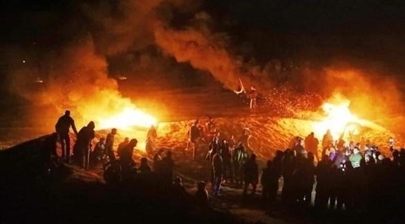 شبان فلسطينيون يتظاهرون على حدود غزة (تويتر)