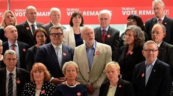 جيريمي كوربين زعيم حزب العمال البريطاني المعارض وسط مساعديه (أرشيف)