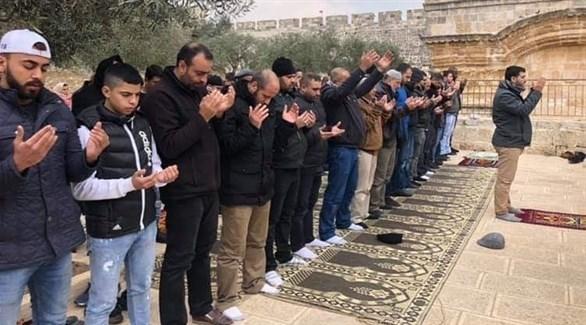 مقدسيون يصلون عند باب الرحمة (24)