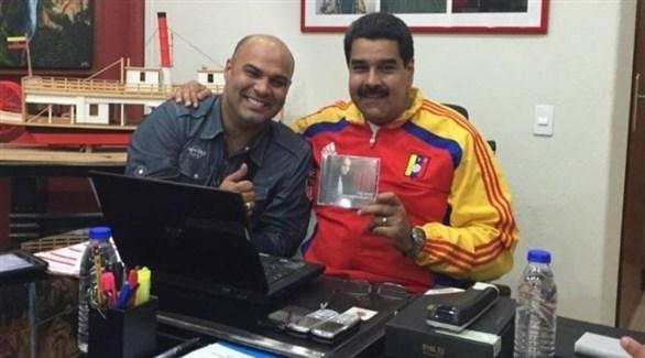 رئيس فنزويلا نيكولاس مادورو والمغني عمر إنريكي (أرشيف)