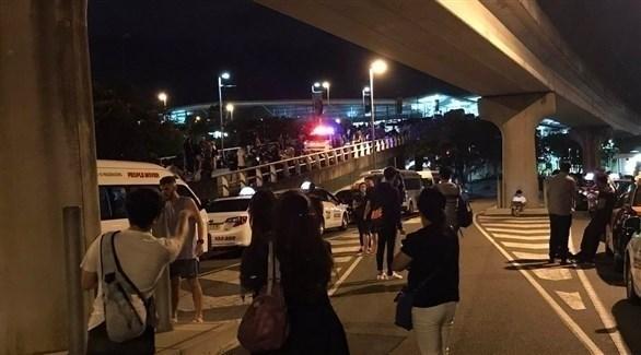 تجمع مسافرين خارج مطار