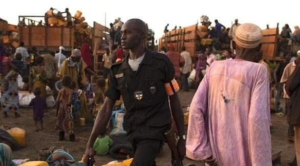 عنصر أمني بين شاحنات تحمل النازحين في أفريقيا الوسطى (أرشيف)