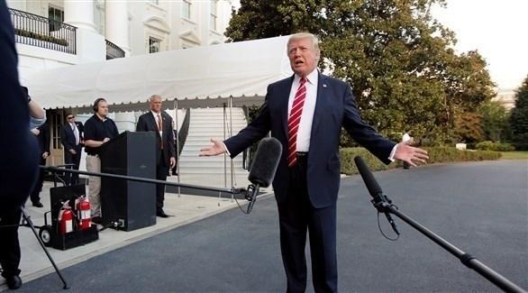 الرئيس الأمريكي دونالد ترامب متحدثاً للصحافيين خارج البيت الأبيض (أرشيف)