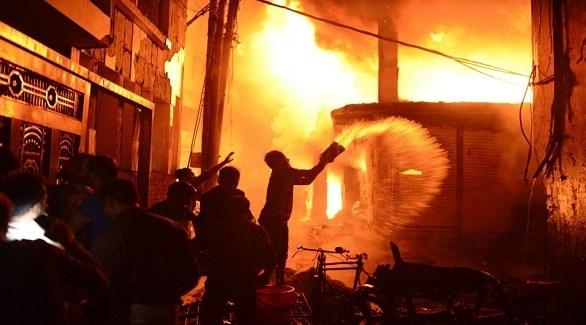 مدنيون يحالون إطفاء حريق دكا (أب)