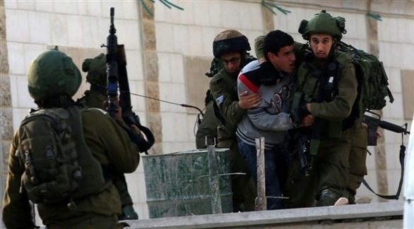 جنود الاحتلال السرائلي يعتقلون أحد الفلسطينيين (أرشيف)