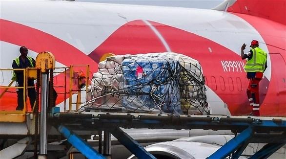 عمال المطار يفرغون حمولة الطائرة الأمريكية في كوراساو (أ ف ب)