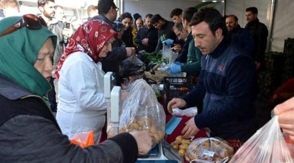 أتراك يصطفون بالطوابير للحصول على الخضروات (أرشيف)