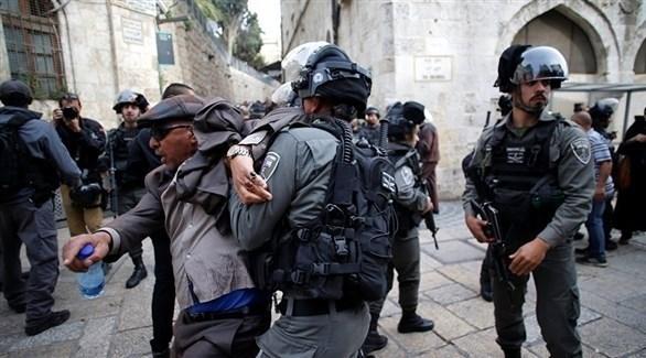 قوات إسرائيلية تعتقل فلسطينيين (أرشيف)