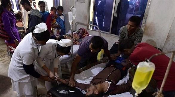 ممرضات يحاولن إسعاف ضحية كحول مغشوشة في الهند (أرشيف)