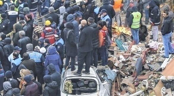 أتراك بين أنقاض مبنى منهار في إسطنبول (أرشيف)