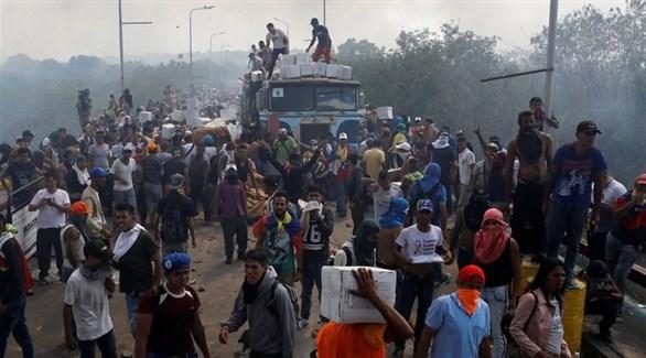 فنزويليون يحاولون الحصول على مساعدات إنسانية على الحدود مع كولومبيا (رويترز)