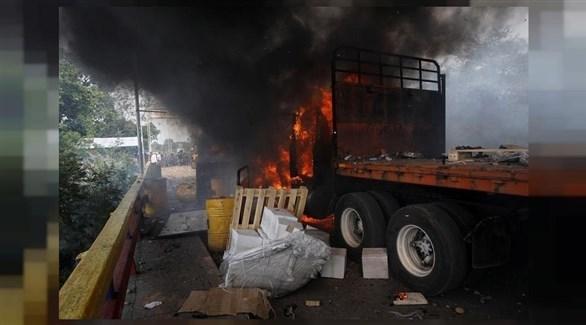 النيران تشتعل في شاحنات المساعدات الأمريكية (رويترز)