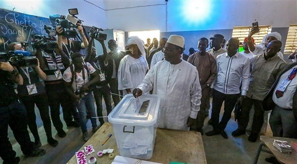 الرئيس ماكي سال أثناء التصويت (اي بي ايه)
