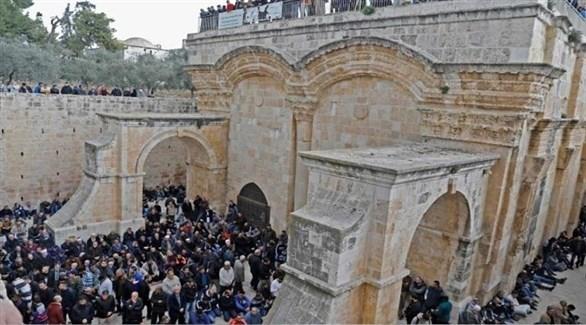 المقدسيون يفتحون باب الرحمة المغلق منذ عام 2003 ويصلون فيه (أرشيف)