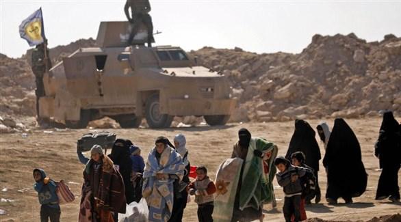 مدنيون يغادرون جيب داعش في الباغوز بحضور مدرعة لقوات سوريا الديمقراطية (أرشيف)