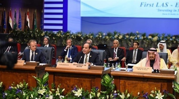 الرئيس المصري عبد الفتاح السيسي والعاهل السعودي سلمان بن عبد العزيز ورئيس الاتحاد الأوروبي دونالد تاسك في افتتاح القمة الأحد (رويترز)