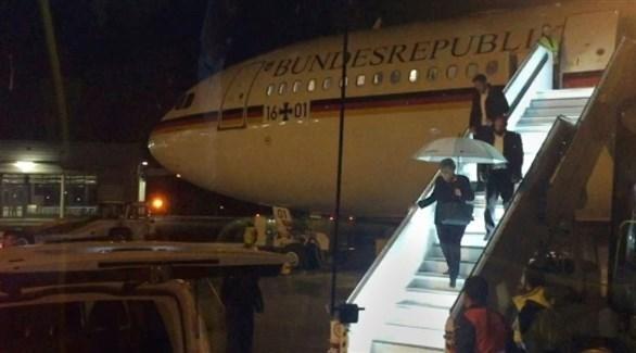 ميركل تهبط من طائرة حكومية بعد تعطلها(أرشيف)