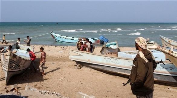 يمنيون قبالة الشاطئ مع مراكبهم (أ ف ب)