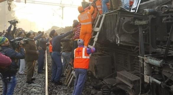 مسعفون ورجال إنقاذ يساعدون مصابين في انقلاب القطار الهندي (إنديا توداي)