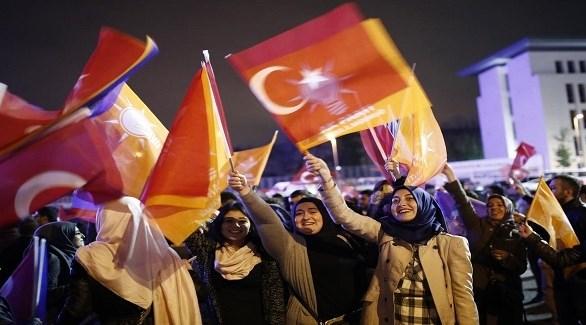 تركيات يرفعن رايات حزب العدالة والتنمية الحاكم (أرشيف)