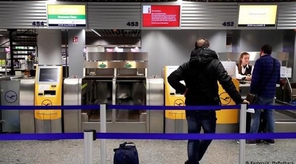 مسافر في مطار ألماني(رويترز)