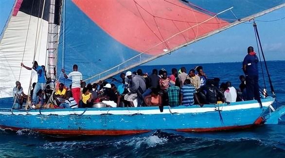 مركب مكتظ بمهاجرين غير شرعيين (أرشيف)