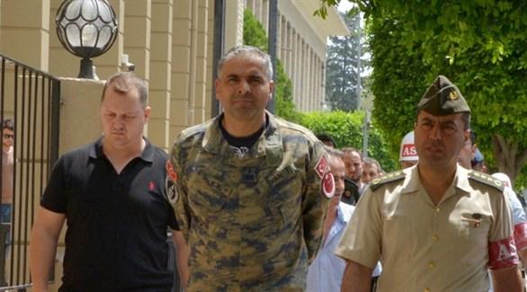 الشرطة العسكرية التركية تُحيط بضباط معتقلين بتهمة التورط في الانقلاب (أرشيف)