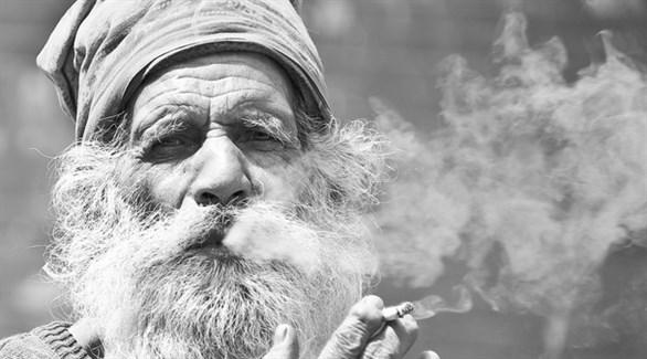 مُسن يُدخن سيجارة (أرشيف)