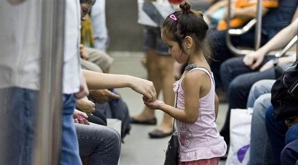 طفلة أرجنتينية تبلغ من العمر 5سنوات تبيع سلعاً بسيطة داخل عربة قطار في العاصمة بوينس آيرس (اليونيسف)