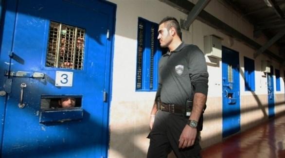 سجان إسرائيلي يراقب أسرى في أحد سجون الاحتلال (أرشيف)