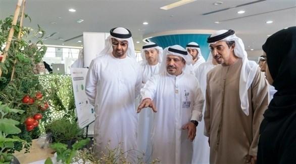 الشيخ محمد بن زايد والشيخ منصور بن زايد خلال زيارتهم لجامعة الإمارات (أرشيف)