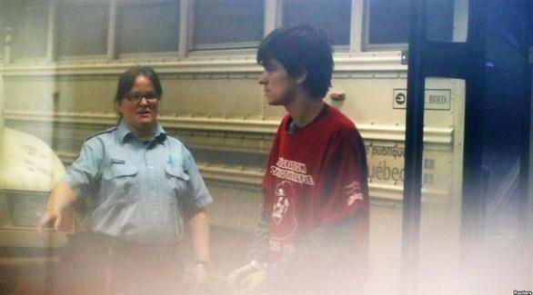 ألكسندر بيسونيت مترجلاً من باص السجناء (رويترز)