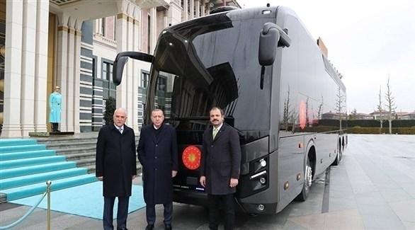 أردوغان متلقياً هديته الجديدة (الأناضول)