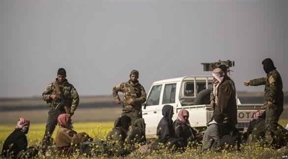 عناصر من قسد يعتقلون رجالاً خرجوا من الباغوز ويشتبه في انتمائهم لداعش (أرشيف)