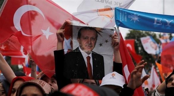 متظاهرون يرفعون صورة لأردوغان في اسطنبول (أرشيف / رويترز)