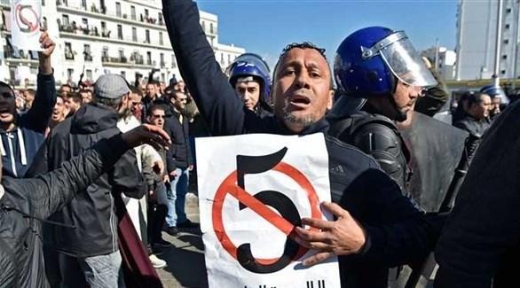متظاهر في الجزائر احتجاجاً على ترشح بوتفليقة (أرشيف)