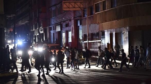 شوارع من دون كهرباء في فنزويلا (أ ف ب)