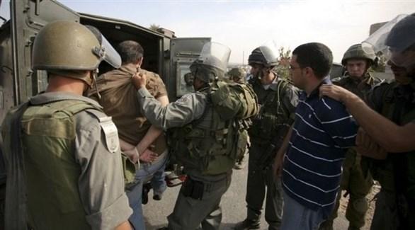 الجيش الإسرائيلي يعتقل فلسطينيين في الضفة الغربية (أرشيف)