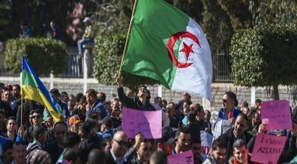 متظاهرون في الجزائر للمطالبة برحيل النظام الحاكم (أرشيف)