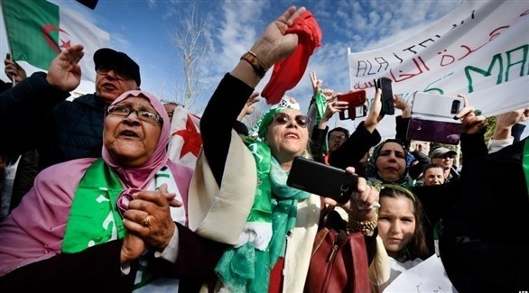 جزائريون في الاحتجاجات على بقاء بوتفليقة في السلطة (أ ب)