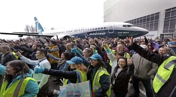 عمال وموظفون في بوينغ يحتفلون بخروج طائرة من طراز 737 ماكس (أرشيف)