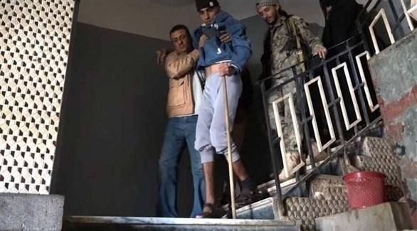 يمني يُغادر معقتلاً حوثياً (أرشيف)