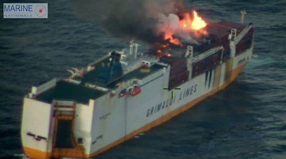 حريق السفينة الإيطالية غراند أمريكا كما صوره خفر السواحل الفرنسي (قوات البحرية الفرنسية)