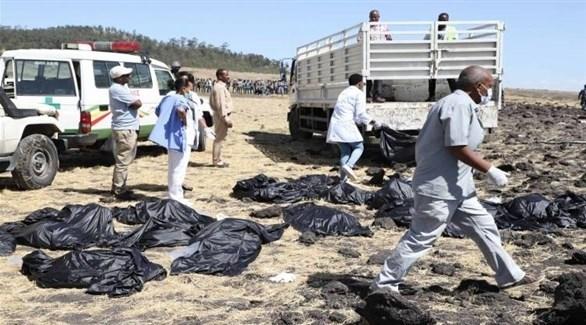 جثث ركاب في مكان تحطم الطائرة الإثيوبية المنكوبة (أرشيف)