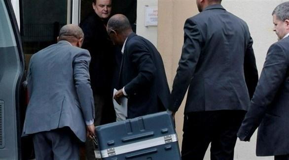 محققون فرنسيون يبحثون في موقع حطام الطائرة الإثيوبية (تويتر)