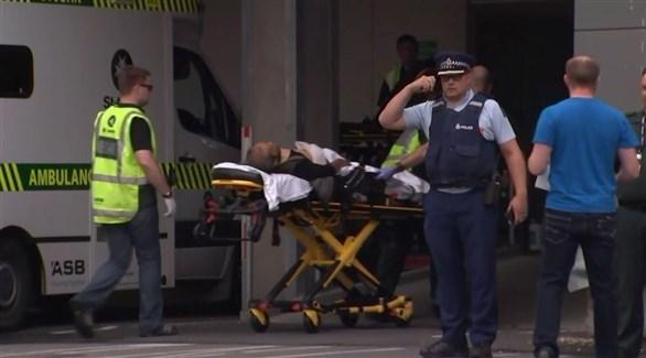 إسعاف مصاب من الهجوم على مسجدين في نيوزيلندا (تويتر)