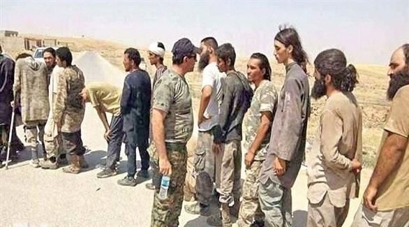 قوات سوريا الديمقراطية خلال تسليمها إرهابيين من داعش للعراق (أرشيف)