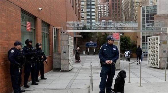 عناصر من الشرطة في نيويورك أمام أحد المساجد (رويترز)